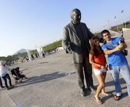 21 Enero del 2015/Santiago Una pareja de jóvenes se fotografia junto a la escultura del padre . Apertura del parque Renato Poblete , que se enmarca en el programa (verano para todos) fotos :RAUL LORCA /AGENCIAUNO