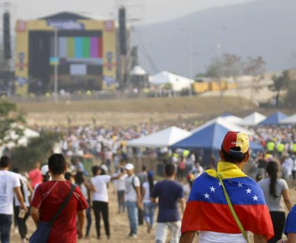 "People wait for the start of ""Venezuela Aid Live"" concert, organized by British billionaire Richard Branson to raise money for the Venezuelan relief effort at Tienditas International Bridge in Cucuta, Colombia, on February 22, 2019 - The concert was organized by British billionaire Richard Branson to raise money for the Venezuelan relief effort. Venezuela's political tug-of-war morphs into a battle of the bands on Friday, with dueling government and opposition pop concerts ahead of a weekend showdown over the entry of badly needed food and medical aid. (Photo by SCHNEYDER MENDOZA / AFP)"