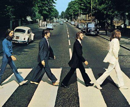 The Beatles- cruzaron la calle que lleva a los estudios de grabación de EMI que los acogieron por ocho años, los Abbey Road Studios.