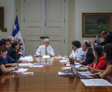 l Presidente de la Republica, Sebastian Piñera, sostiene una reunión con el comité de emergencia para abordar el tema de coronavirus, en el comedor, del Palacio de La Moneda.