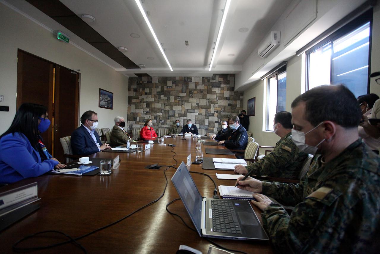 Alberto Espina, junto a la ministra vocera de Gobierno, Karla Rubilar, y el jefe de la Defensa Nacional para la Región Metropolitana, general Carlos Ricotti, reciben a la directiva de la Asociación Chilena de Municipalidades (ACHM)