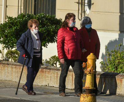 Adultos mayores caminando