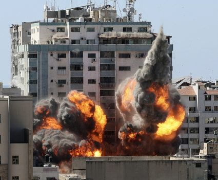 Bombardeo edificio con medios de prensa en Gaza