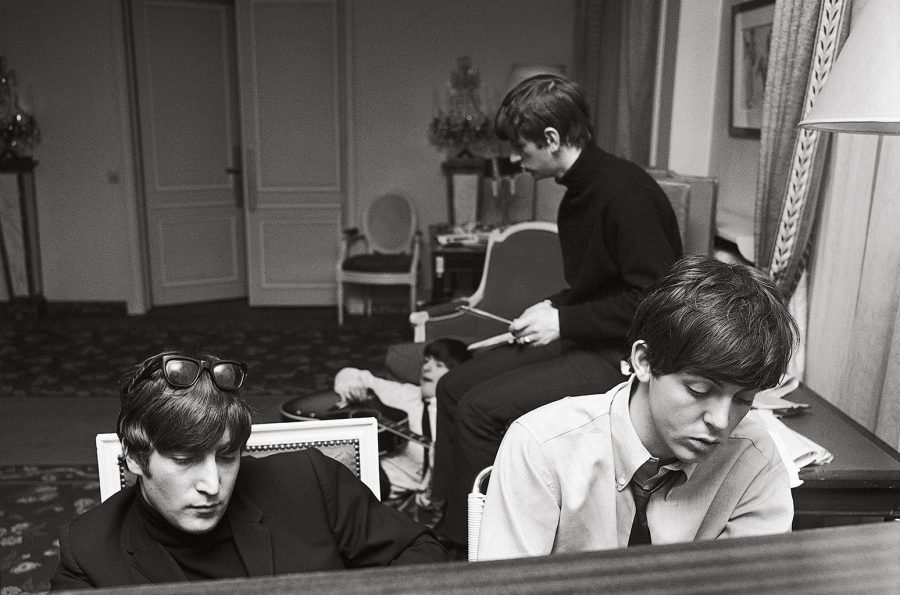 Foto: Billboard John and Paul deep in thought as they compose at the piano in their suite at the George V Hotel with George and Ringo in the background. Paris, January 1964.